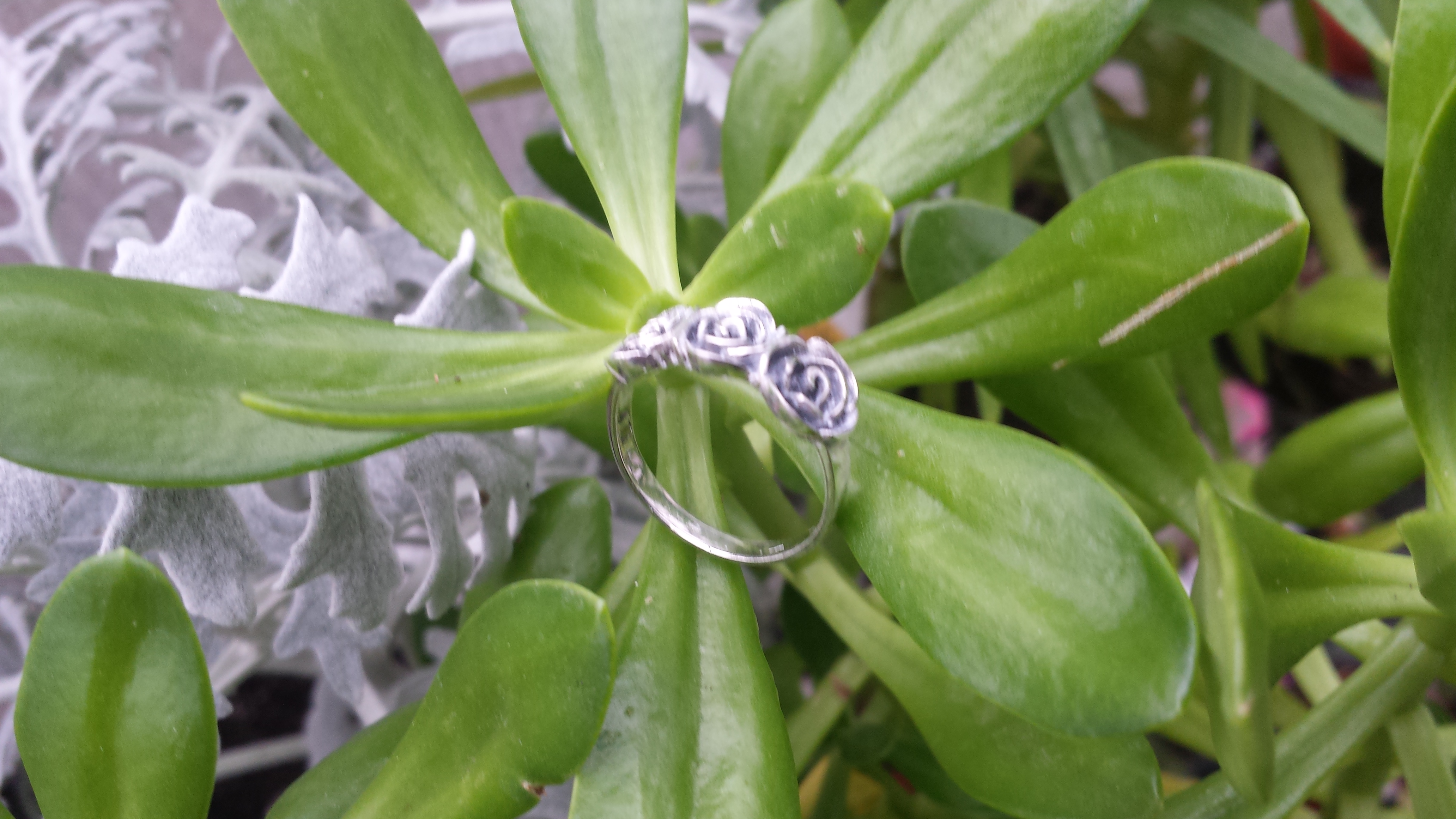 LOVELY THREE ROSES RING WITH SS 925. 3 G.