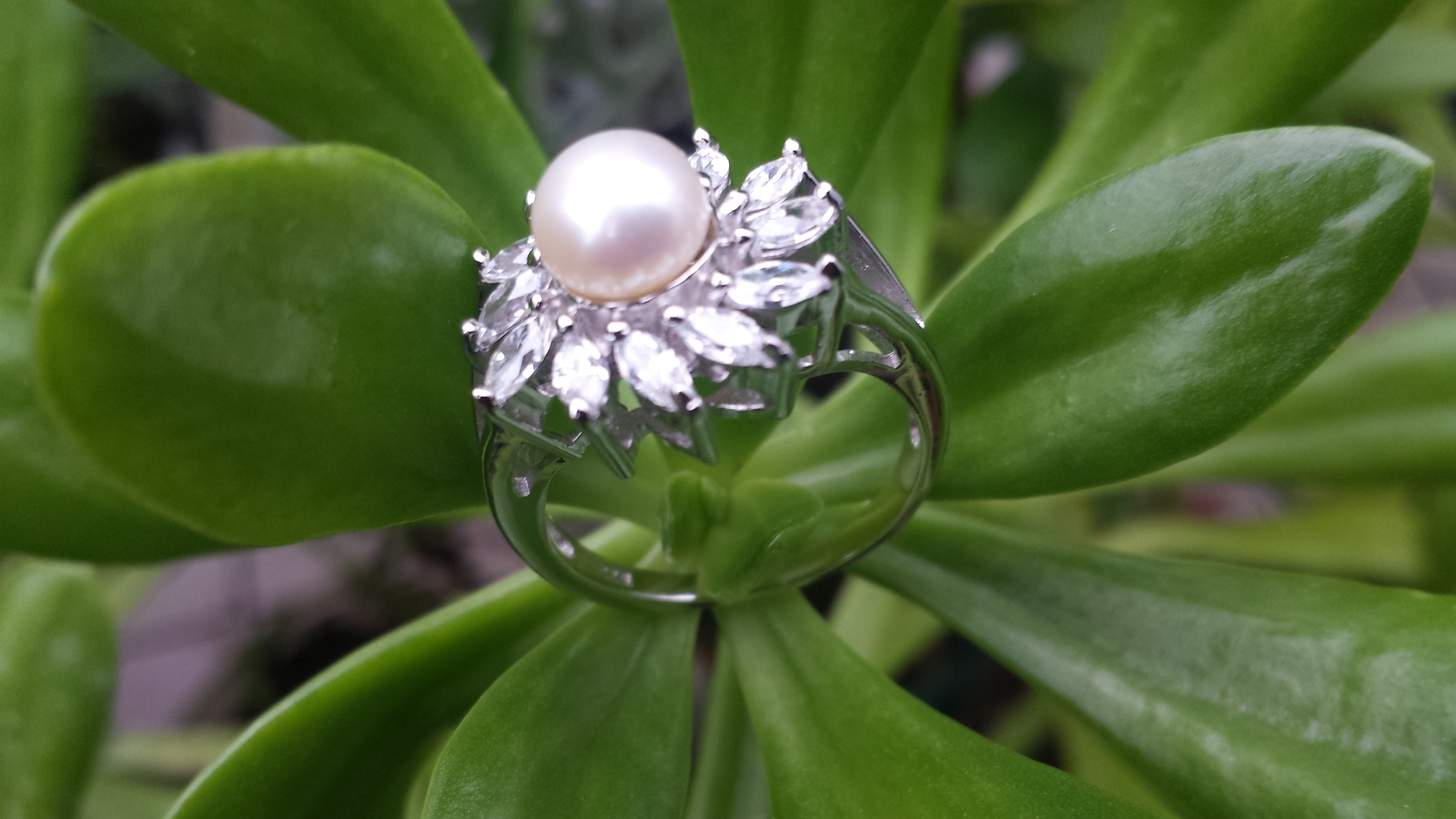 GORGEOUS FRESHWATER PEARL RING WITH 925 STERLING SILVER. 4G