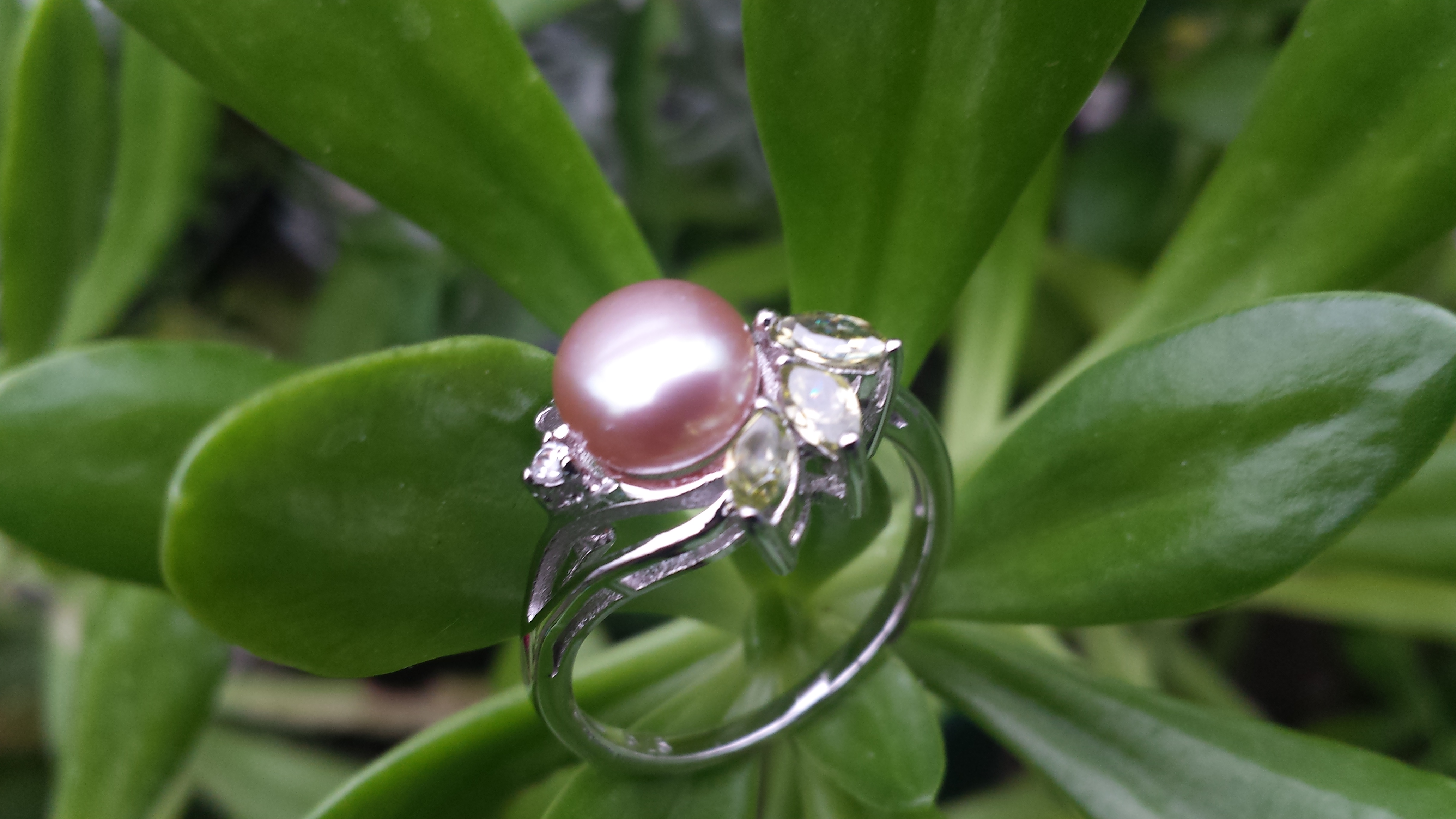 MARVELLOUS FRESHWATER PEARL RING WITH THREE OLIVES CZ