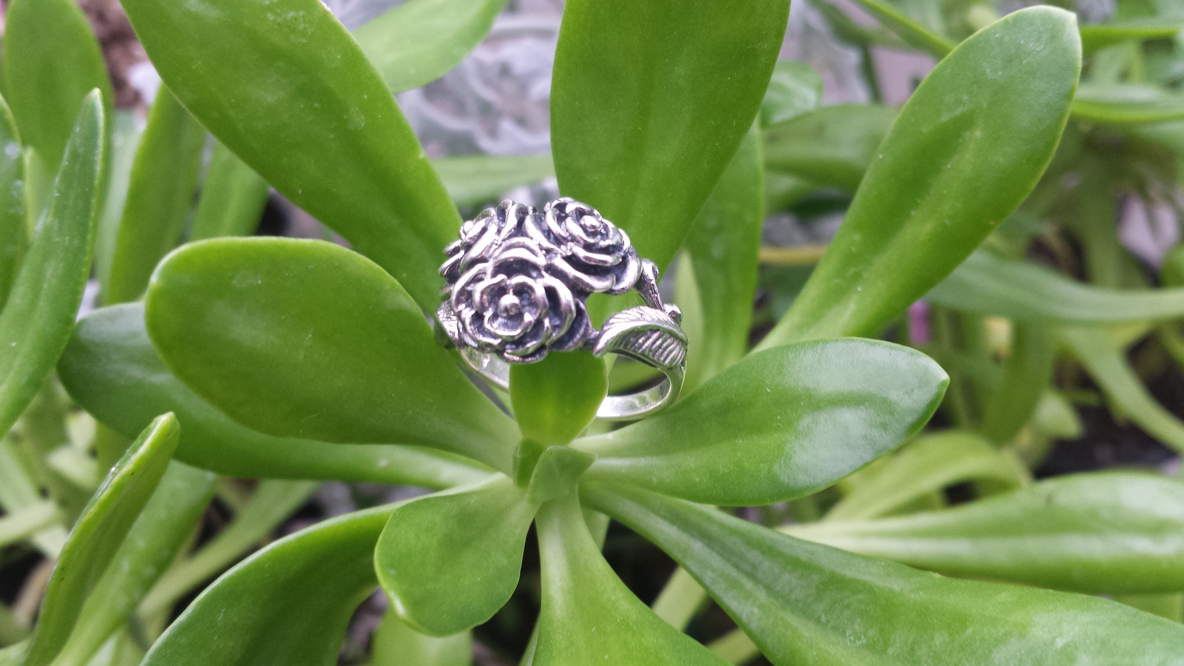 STUNNING TRIPLE ROSE RING WITH 925 STERLING SILVER. 7 G