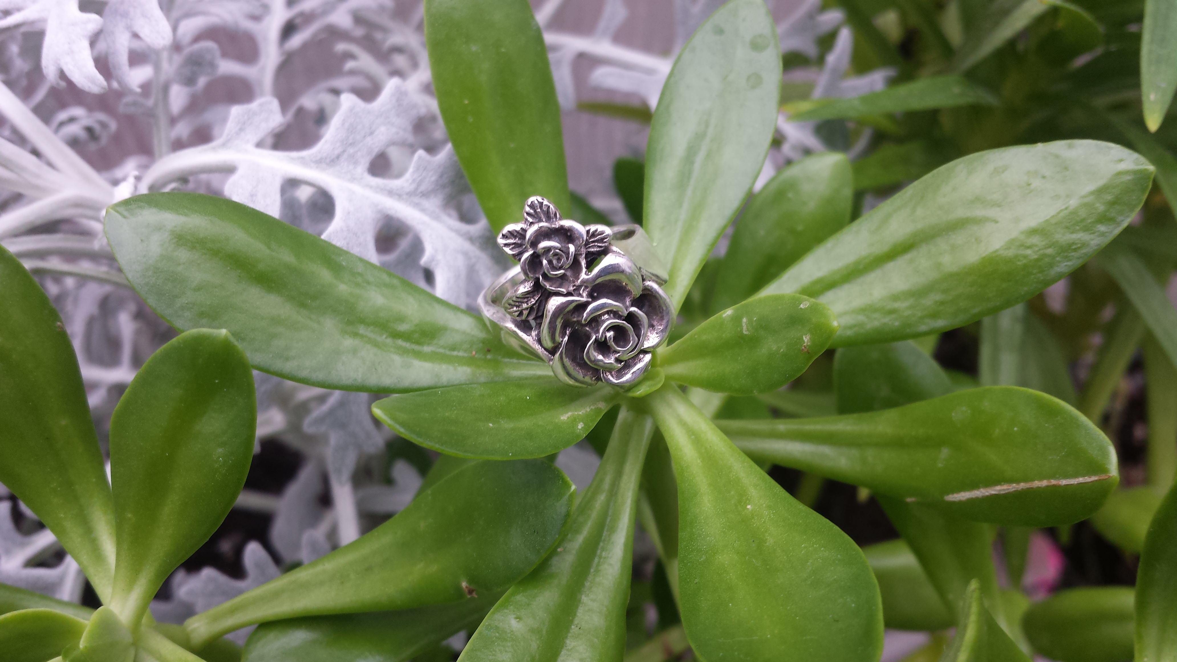 WONDERFUL ROSES RING WITH 925 STERLING SILVER. 7 G